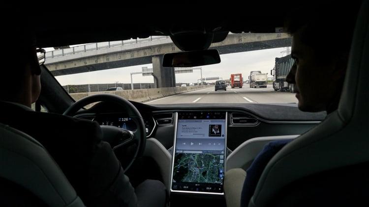 Hands off im Tesla